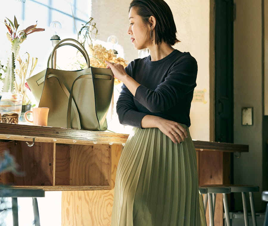 大草直子の MY LIFE, MY PASSION VOL.04 品よく、甘やかに華やぐ もえぎ色のプリーツスカート